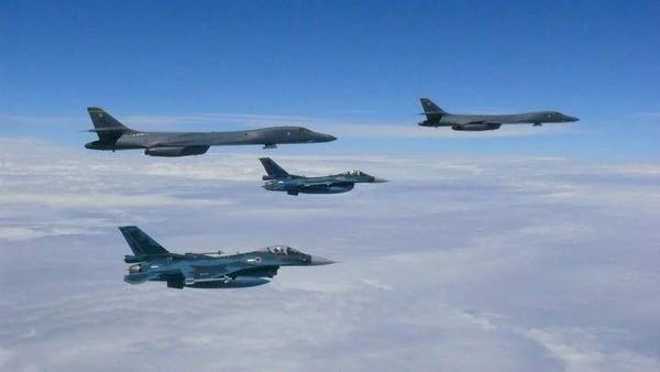Bombarderos estratégicos estadounidenses B1-B Lancer escoltados por F-16 surcoreanos