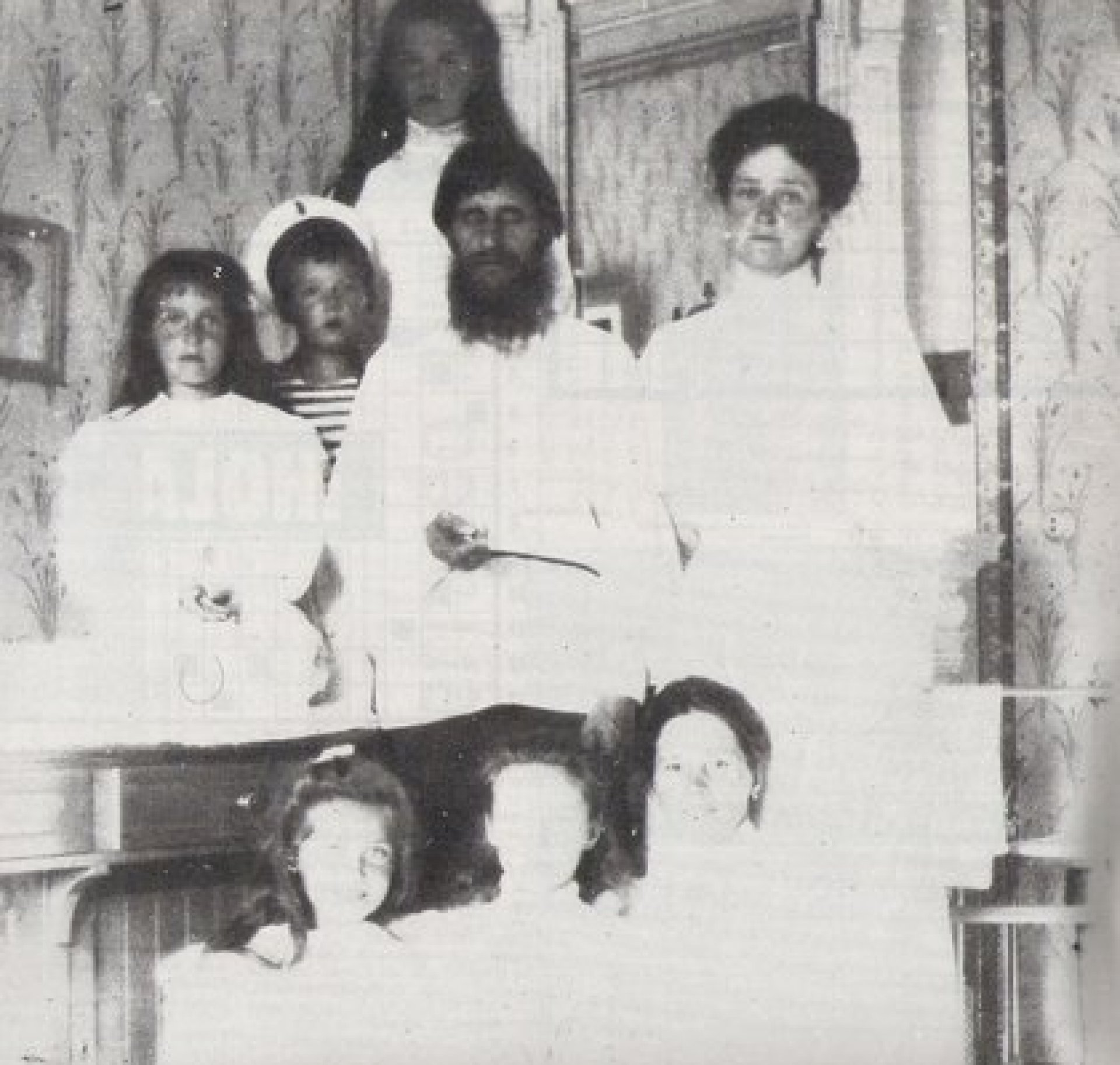 Rasputín, rodeado por la esposa y los hijos del zar Nicolás II