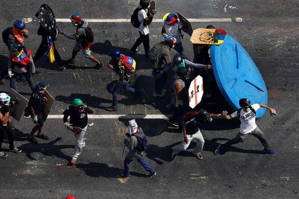 Paparoni quedó inconsciente en el suelo con una herida en la cabeza y fue atendido por el grupo de socorro voluntario que actúa en las protestas (Reuters)
