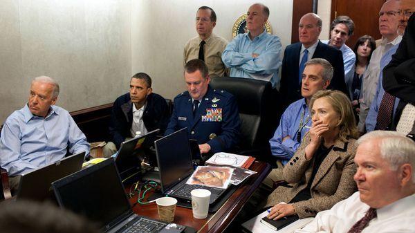 La Administración Obama reunida (mayo de 2011) luego de que las fuerzas militares de Estados Unidos abatieran a Osama Bin Laden. En esa oportunidad se utilizaron laptops, tal como se ve en la imagen