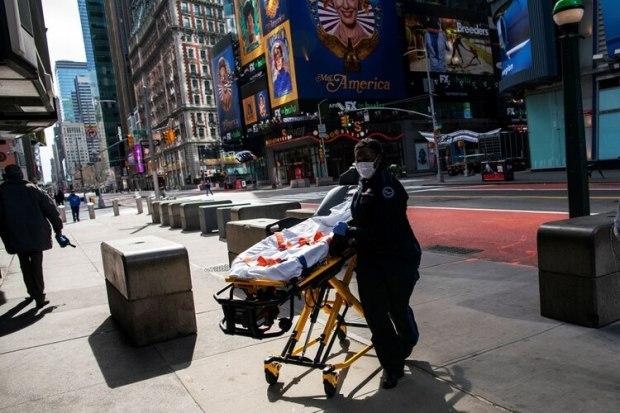 Una empleada sanitaria, a metros de Times Square en Manhattan (Reuters)