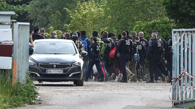 La policia francesa desaloja a inmigrantes en Calais