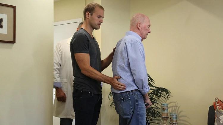 Charlie junto a las personas con dolencias crónicas que han participado de la serie El Don.