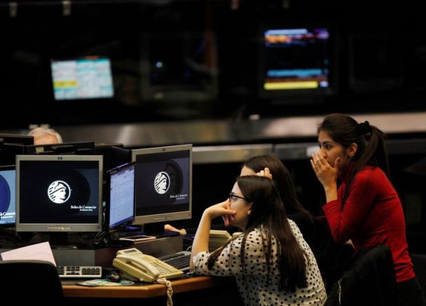 Operadoras trabajan en la Bolsa de Buenos Aires. (Reuters)