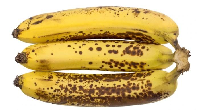 Las manchas indican que está envejeciendo y la cantidad de azúcar que contiene la banana (Shutterstock)