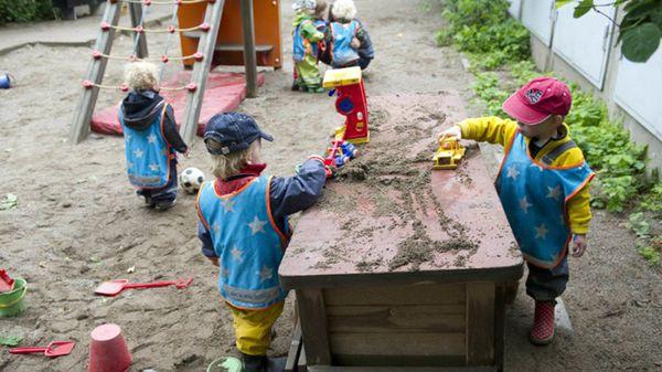 Los niños juegan en el jardín de Egalia, donde se fomenta que crucen barreras y practiquen lo que más les guste (Gentileza: CNN)