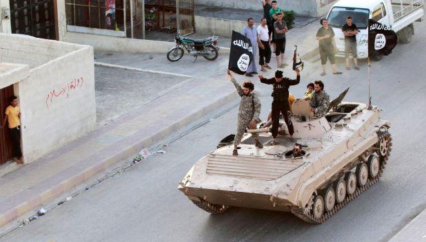 Combatientes islamistas participan en un desfile militar por las calles de la provincia de al-Raqqqa, Siria, el 30 de junio de 2014 (REUTERS/Stringer)