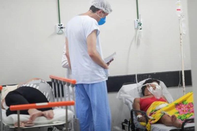 Pacientes con COVID-19 son atendidos por personal de la salud en un área improvisada de un hospital en Brasilia, Brasil. Marzo 8 2021 REUTERS/Ueslei Marcelino