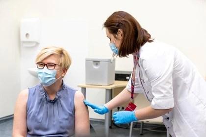 Ante la escasez de vacunas, los expertos investigan la posibilidad de combinar dos dosis distintas (REUTERS)