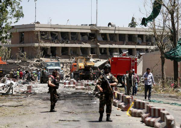 Fuerzas de seguridad afganas en las afueras de la embajada alemana (Reuters)