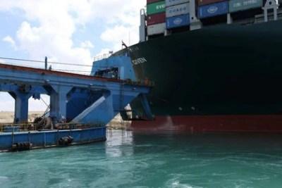 Una draga intenta liberar el portacontenedores encallado Ever Given (Autoridad del Canal de Suez/Handout via REUTERS)