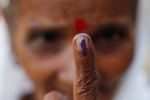 Una mujer muestra su dedo tras votar en Majuli, en el estado de Assam (REUTERS/Adnan Abidi)