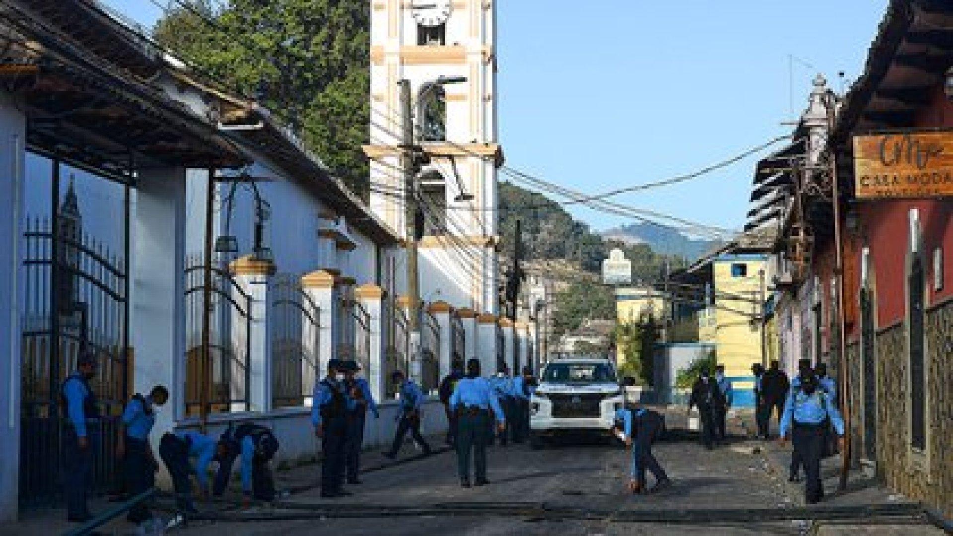Los manifestantes enfrentaron a la policía local por la muerte de Keyla (Orlando SIERRA / AFP)