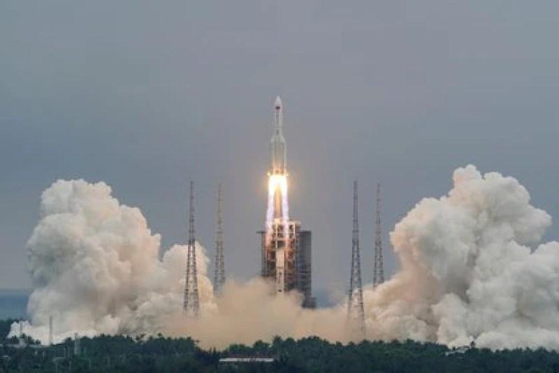 El cohete Long March 5B despega desde Wenchang, China, 29 abril 2021 (China Daily vía REUTERS)