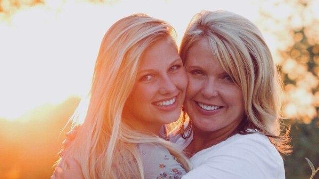 Angela, junto a su hija Emily