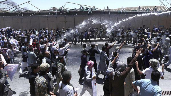 Agentes de policía afganos dispersan con cañones de agua a los manifestantes durante una protesta en contra del atentado con bomba del pasado 31 de mayo en la capital afgana, que causó al menos 90 muertos y 463 heridos en Kabul