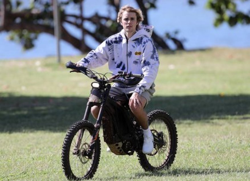 A different ride.  During his vacation in Hawaii, Justin Bieber rented an electric bike to ride the streets of the heavenly destination he chose to rest for a few days.  There he was seen aboard the car with shorts and a jacket, and enjoying the sunny day