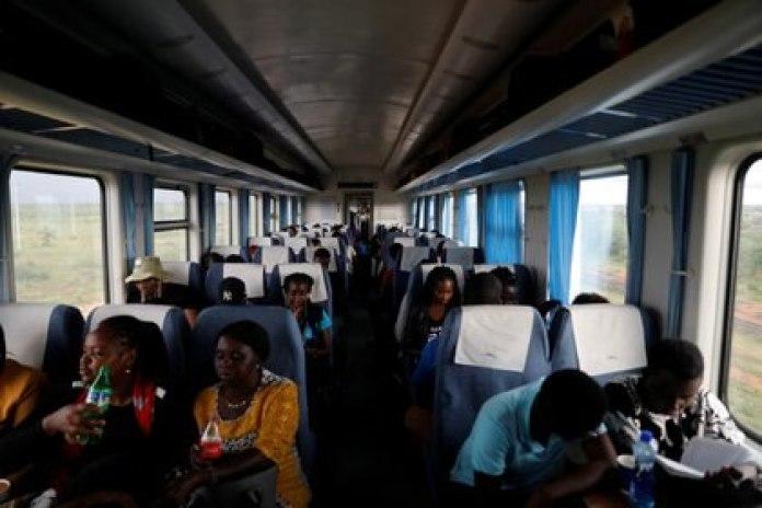 Viajeros en el tren de pasajeros que viaja de Mombasa a Nairobi, Kenia, el 24 de octubre de 2019. REUTERS/Baz Ratner