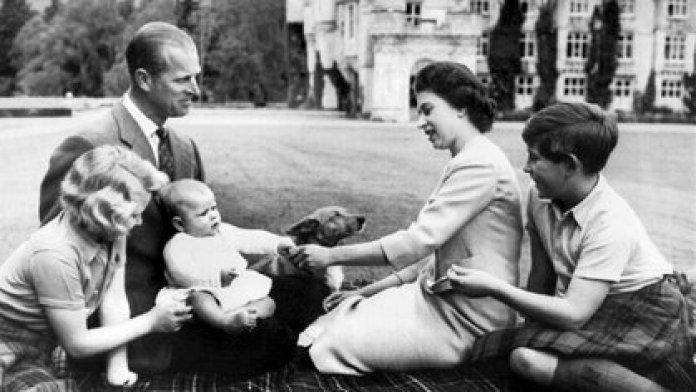 Felipe y la reina Isabel II junto a sus hijos en 1960 (AFP)