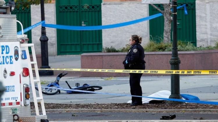 Unas de las víctimas fatales del atentado en Nueva York, tendido en el piso tras el ataque