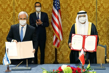 La delegación del gobierno israelí firma un acuerdo con funcionarios de Bahrein en Manama, Bahrein, el 18 de octubre de 2020.REUTERS/Hamad I Mohammed