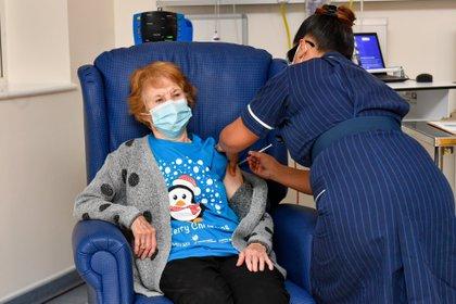 Una mujer de 90 años, la primera del mundo en recibir la vacuna de Pfizer. EFE/EPA/Jacob King / POOL MANDATORY CREDIT: JACOB KING / PRESS ASSOCIATION