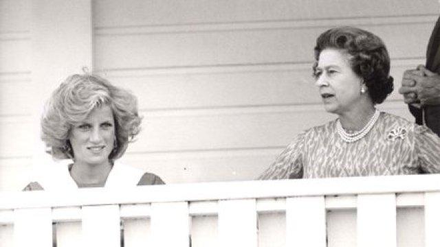 La reina Isabel II y Diana, la princesa de Gales, ven al príncipe Carlos jugando al polo en 1984