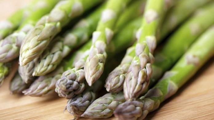 Los espárragos son antioxidantes y buenos para combatir la hinchazón abdominal (iStock)