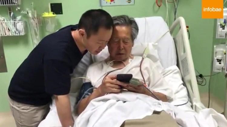Alberto Fujimori con su hijo Kenji en la clínica en la que se encuentra internado