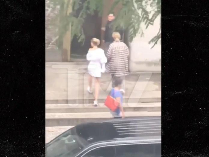 TMZ publicó una imagen de la pareja ingresando al Palacio de Justicia de Nueva York