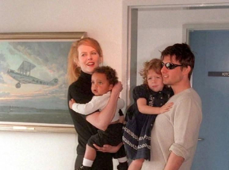 Los actores Nicole Kidman y su esposo Tom Cruise llegan al aeropuerto de Sydney Kingsford Smith y presentan a sus hijos Connor e Isabella a los medios el 24 de enero de 1996 en Sydney, Australia.