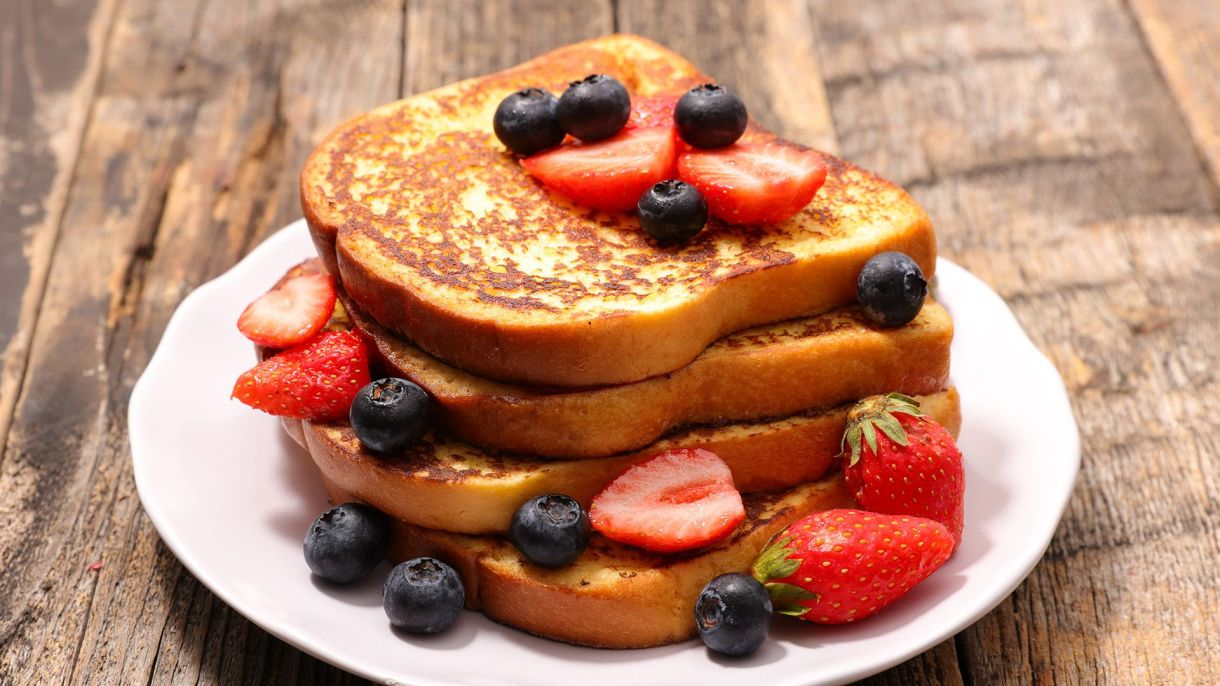 French toast y frutas de estación