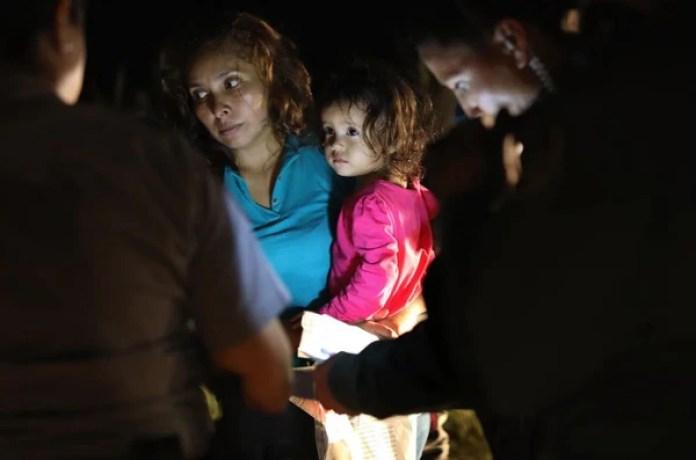 Sandra Sánchez junto con su hija de dos años, luego de que la pequeña llorara desconsolada (Getty Images)