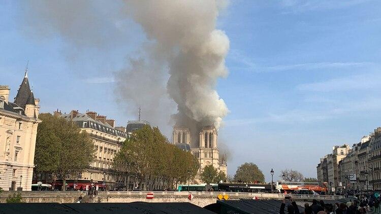 Un vocero de la iglesia dijo que arde todo el interior de madera del lugar.