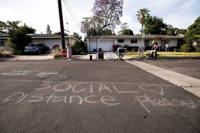 Los vecino cumplen el distanciamiento social en el Festival Quaranchella (Foto: EFE)