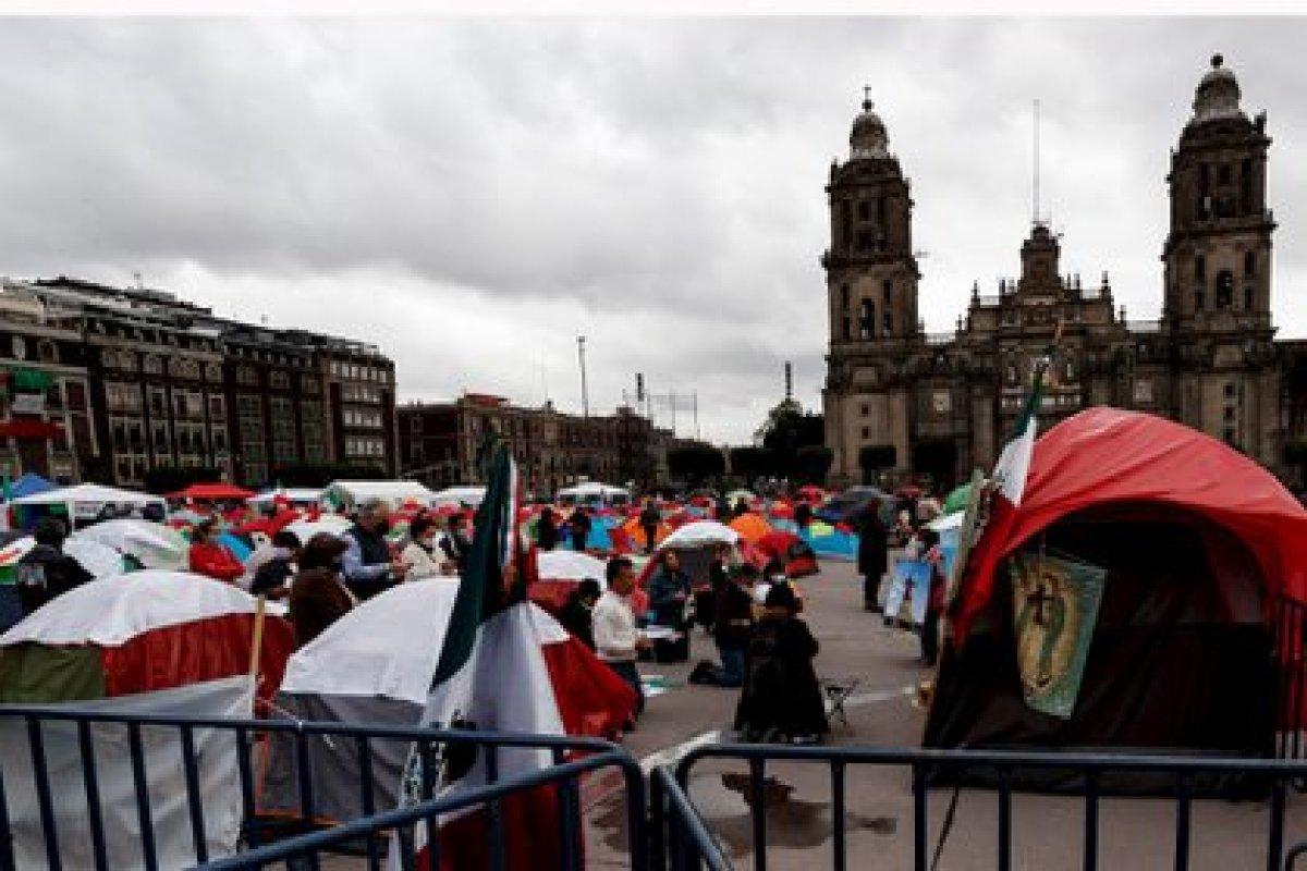 Los manifestantes de FRENAAA aseguran que seguirán con su plantón hasta que renuncie AMLO (Foto: EFE)