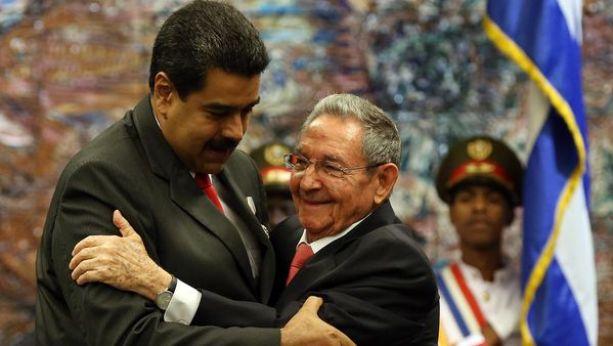 """Nicolás Maduroy Raúl Castro intentan sostener la corriente """"castro-chavista"""" (EFE)"""