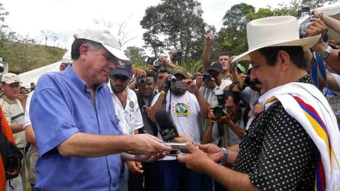 Hernán Giraldo durante la desmovilización colectiva de 1.166 integrantes del Bloque Resistencia Tayrona de las AUC en 2006. EFE