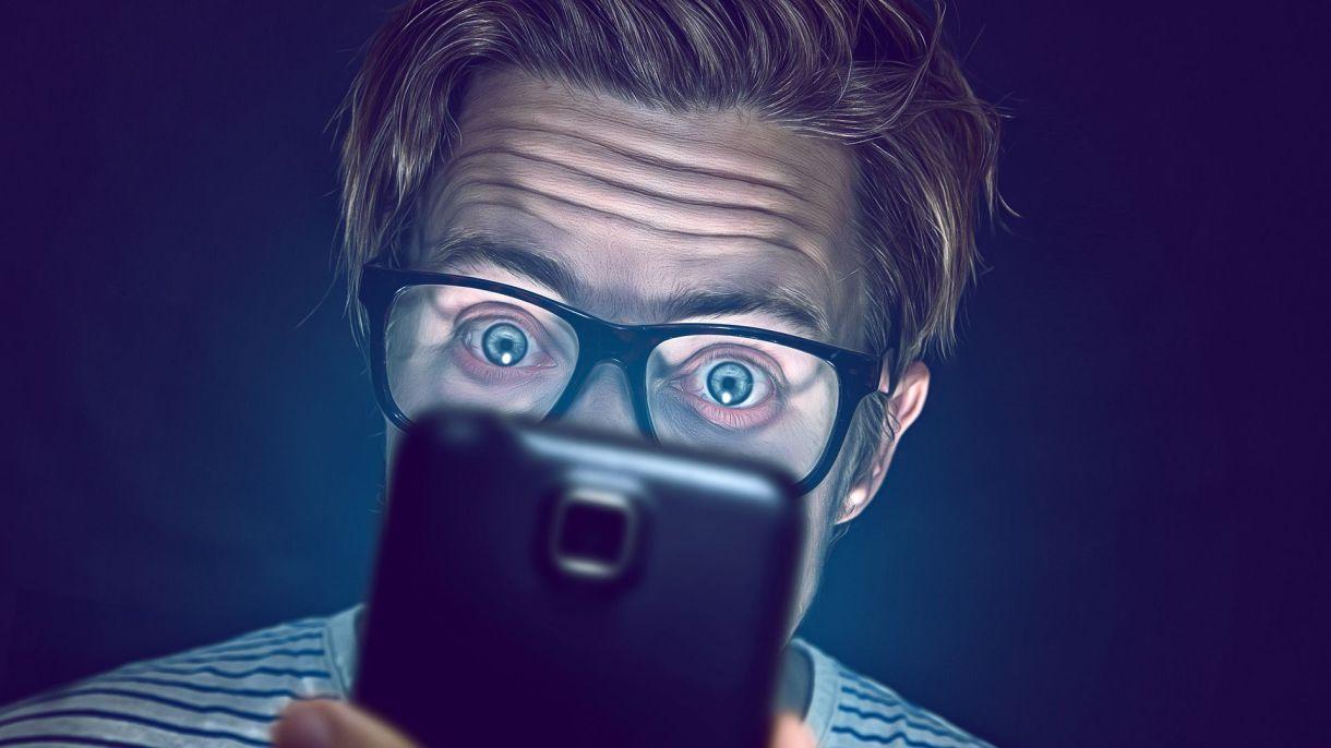 En Tinder las víctimas son conquistadas por chat y persuadidas para realizar transferencias de dinero (Shutterstock)