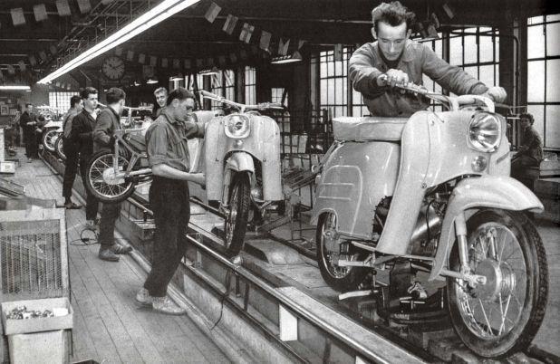 Línea de producción de la motocicleta Schwalbe, en Turingia, Alemania Oriental (Photo by Cci/Shutterstock)