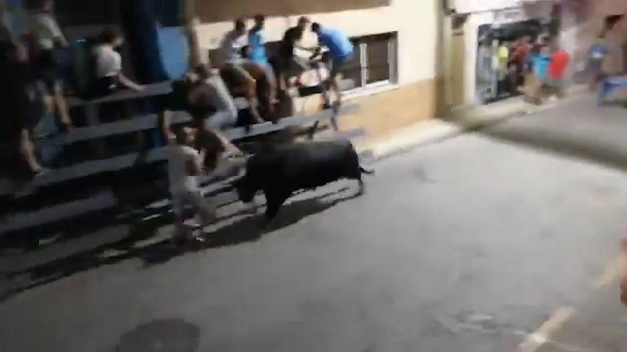 El toro embistió a un turista francés a máxima velocidad.
