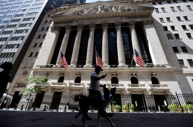 Un hombre pasea un perro frente al edificio de la Bolsa de Valores de Nueva York (NYSE) en Manhattan (Reuters/archivo)