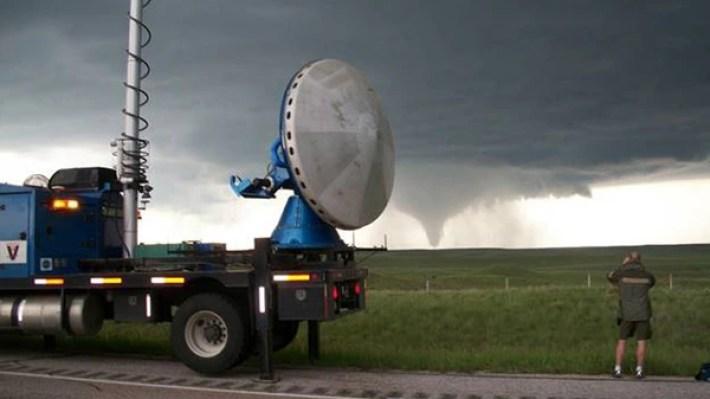 Uno de los radares móviles que se desplegarán en tierra para cercar las tormentas