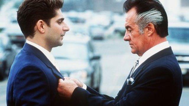 Christopher Moltisanti (Michael Imperioli) y Paulie Walnuts (Tony Sirico) en una escena de Los Soprano. Foto: Barry Wetcher/Hbo/Kobal/Shutterstock (5886200h)