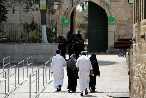 Un grupo de palestinos se dirige a lka entrada de la Explanada de las Mezquitas (REUTERS/Ronen Zvulun)