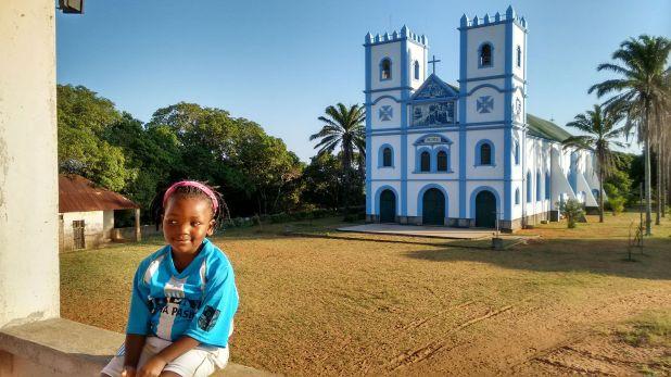 La iglesia de Mangundzepintada con los colores de Racing de Avellaneda. El padre Gabriel también consiguió camisetas para los niños del lugar.