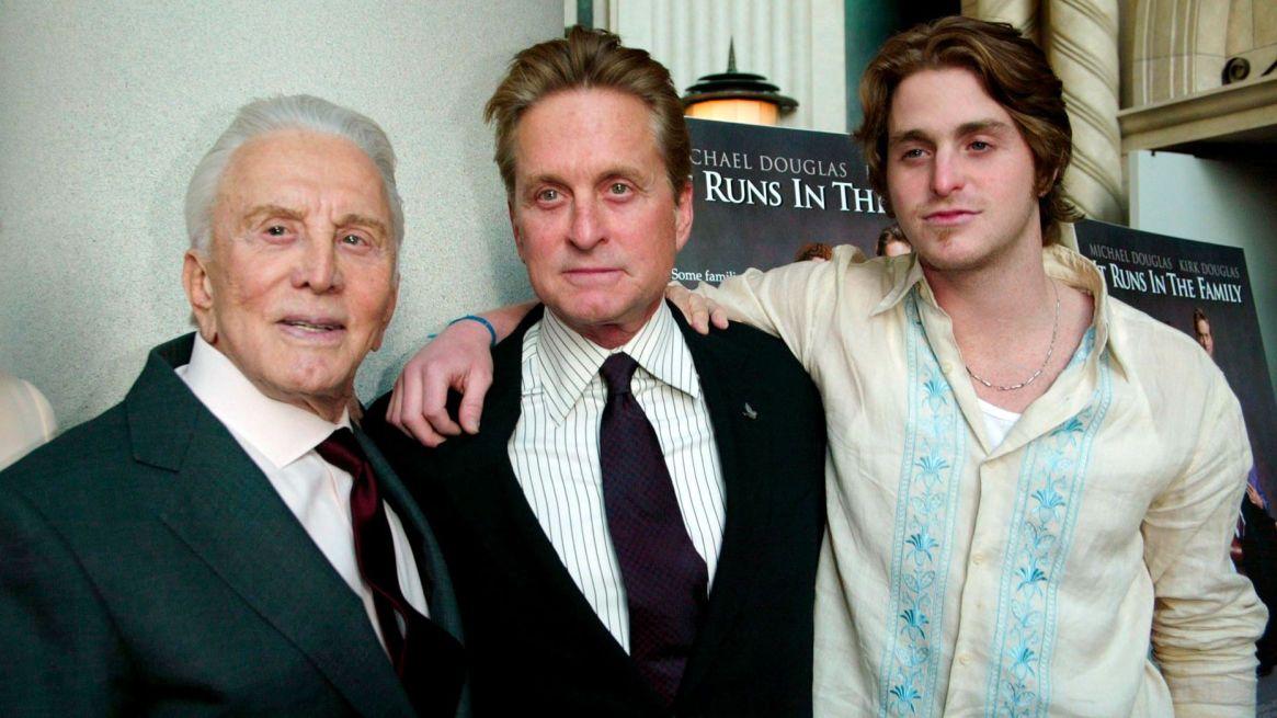 Las tres generaciones de Douglas: Kirk, Michael y Cameron. (Shutterstock)