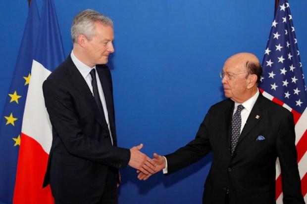 El ministro de Finanzas francés, Bruno Le Maire, estrecha la mano del secretario de Comercio estadounidense, Wilbur Ross. Las negociaciones se intensifican pero no han llegado a buen puerto (Reuters)