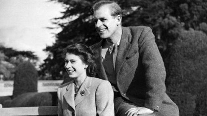 Un joven Felipe junto a una joven Isabel en 1947 (AFP)