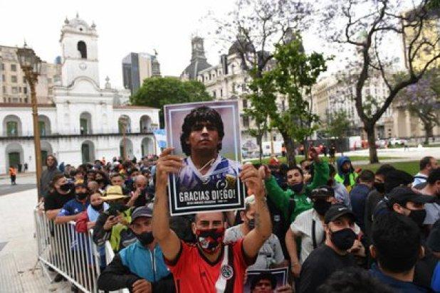 La fila bordea la Plaza de Mayo, y sigue hasta la Avenida 9 de Julio. (foto: Maximiliano Luna)